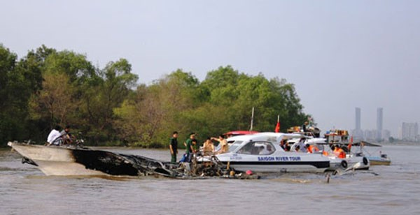 A Vina Express hydrofoil was burned on January 20, 2014. Photo: Cong Nguyen