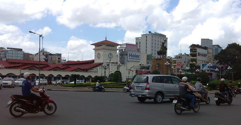 The historic Ben Thanh Market roundabout featuring a statue and a bust will be removed for a subway project. Photo: Minh Hung