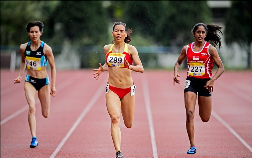 Vu Thi Huong (C) competes at the Singapore Open Track and Field Championships. Photo credit: Singapore Athletics Association