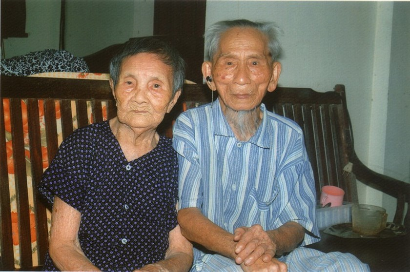 Cao Vien, 106 and Vu Thi Hai, 100 were recognized as Asia's oldest living couple on August 27, 2014, Vietnam News Agency reported. They live in Dien Hoa Commune, Dien Chau District, Nghe An Province. Photo credit: VietKings