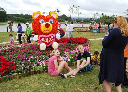 Foreign tourists taking pictures in Dalat. Photo: Gia Binh