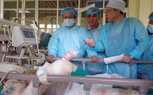 A soldier in the chopper crash on July 7 being treated at the National Institute of Burns in Hanoi. Photo: Ngoc Thang