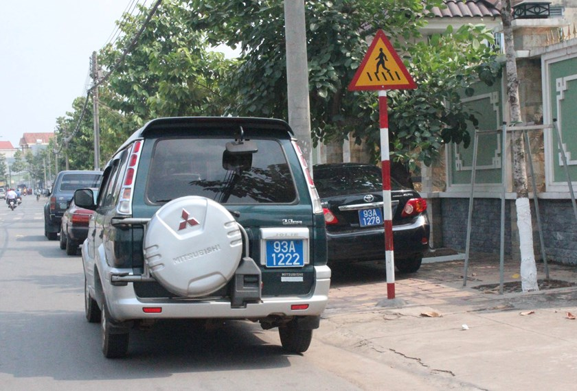 Government cars crowded the sidewalk outside the a wedding of the son of Hoang Minh Hue, director of Binh Phuoc Police Department, in December 2013. Photo: Do Truong