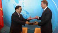 Vietnamese Deputy PM Hoang Trung Hai (L) and his Russian counterpart Igor Ivanovic Shuvalov at the 17th meeting of the Vietnam – Russia Intergovernmental Committee on September 6. Photo: VNA