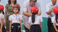 Children at Ai Quoc Primary School in Hai Duong Province receive free helmets from the Asia Injury Prevention Foundation's Helmets for Kids program. Photo credit: AIPF