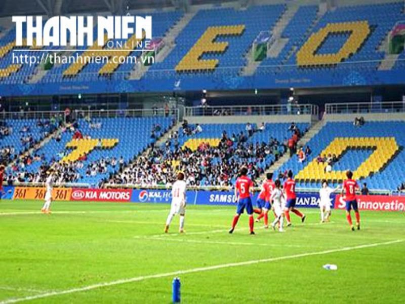 A rare attack of Vietnam (white jersey) on South Korea's goal, Photo: To Loan