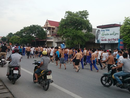 Drug inmates on their way home after escaping from a drug rehabilitation center in Hai Phong City on September 14. Photo: Linh Linh