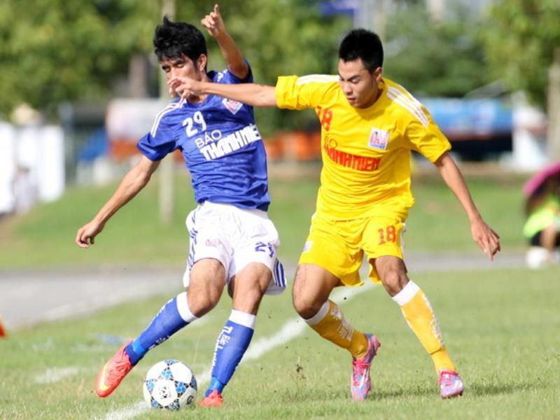 Hanoi T&T midfielder Duc Huy (R) vies for the ball with a Hoang Anh Gia Lai player at a qualifying match at Thanh Nien newspaper's U21 Football Championship. Photo: Kha Hoa