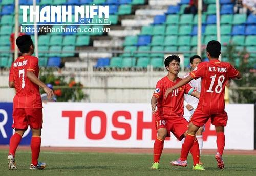 Thanh Tung (R) celebrates a goal in the match between Vietnam and China on Monday. Photo: Doc Lap