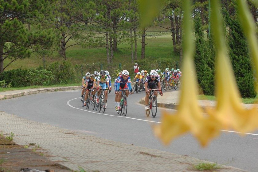 Cyclists race around the Ho Xuan Huong Lake in Da Lat. Photo: Minh Hung