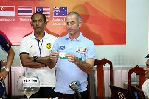 Hoang Anh Gia Lai Arsenal JMG Coach Guillaume Graechen holds number two in a draw that helped his team advanced to semifinals in Thanh Nien Newspaper's U21 International Football Tournament.