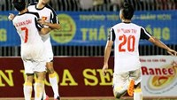Van Dai (7) celebrates a goal in Thanh Nien Newspaper Vietnam match against Thailand at the U21 International Football Tournament in Can Tho City on October 23.