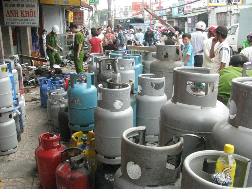 Gas cylinders removed out of a gas shop on Ho Chi Minh City's Au Co Street after a blast that injured three people on October 25, 2013. Photo: Cong Nguyen