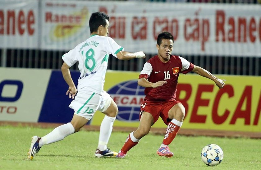 Two players vie for the ball in the U21 International Football Championships semifinal match between Hoang Anh Gia Lai Arsenal JMG and Thanh Nien Newspaper Vietnam on Saturday.