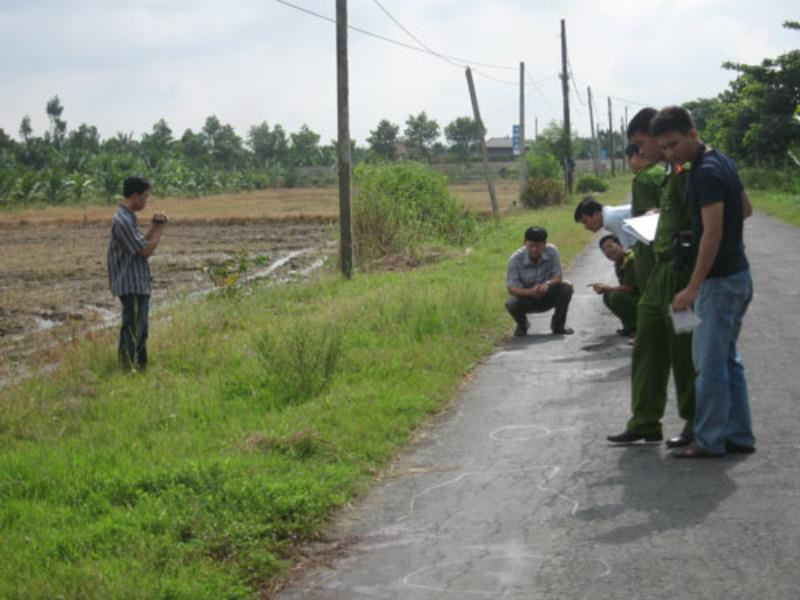 Police inspect the scene where 20-year-old Nguyen Hoai Nam allegedly killed a man. Photo: Thanh Nga