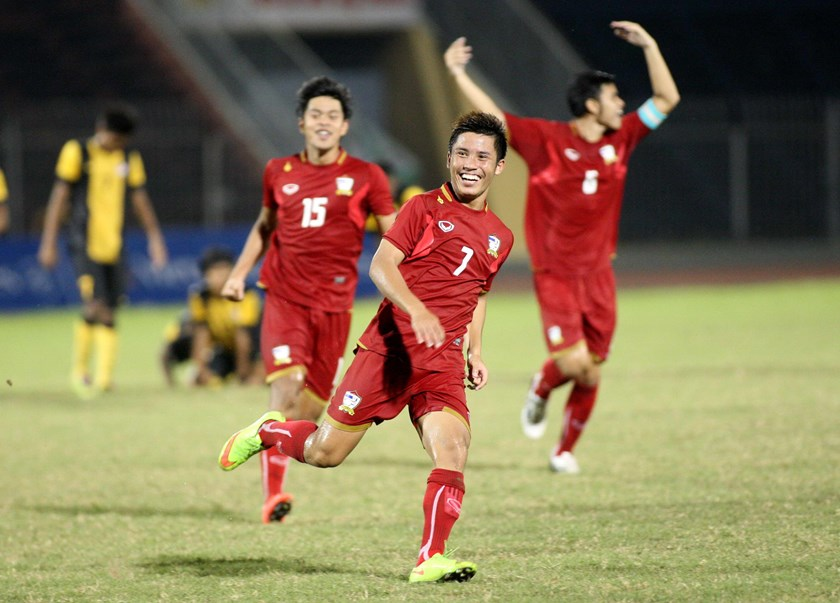 Thailand players celebrate their win over Malaysia in penalty shootouts at their semifinal match at Thanh Nien Newspaper's U21 International Football Tournament in Can Tho City on October 27. Photo: Kha Hoa