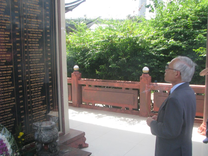 Japanese Consul General Nakajima Satoshi burns incense for the victims of the 2007 Can Tho Bridge collapse at Bo De Pagoda in Vinh Long Province on October 5. Photo: Hanh Nguyen