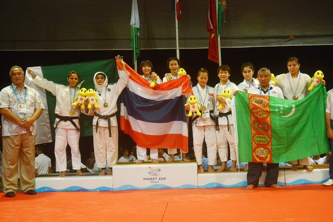 Vietnamese Jujitsu artists (4,5-R) on the podium to receive a bronze medal at the 4th Asian Beach Games in Phuket, Thailand. Photo credit: ABG