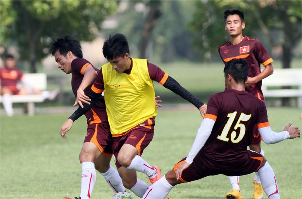 Vietnamese footballers in a practice session ahead of the AFF Suzuki Cup. Photo: Kha Hoa