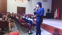 Vietnamese pop star Thanh Bui talks with students in Ho Chi Minh City. Photo: Thanh Hieu