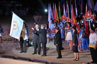 Vietnam receives the flag to host the 5th Asian Beach Games in 2016. Photo: Quang Tuyen