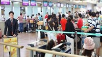 Passengers check in for Vietnam Airlines flights at Ho Chi Minh City's Tan Son Nhat Airport. Photo: Mai Vong