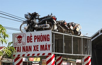 Motorbikes damaged in traffic accidents were later put on display by Nguyen Tien Dinh in Nghe An to warn drivers about the importance of traffic safety. Photo: Khanh Hoan