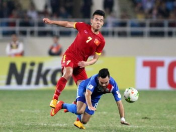 Vietnam's Hoang Thinh vies for the ball with a Philippines player at an AFF Cup match at Hanoi's My Dinh Stadium on November 28, 2014. Photo: Kha Hoa
