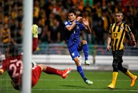 Thailand's Adisak scores a goal in the 90th minute during a match against Malaysia at the AFF Suzuki Cup. Photo: Reuters