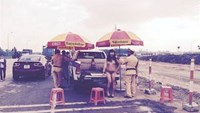 A photo of the incident in which a Vietnamese transgender woman stripped down to her panties in front of several traffic cops on duty and many passers-by in the northern province of Bac Giang on Friday.