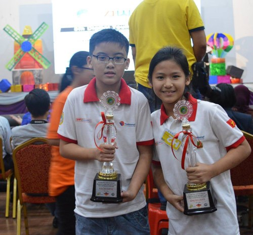 Two students of Ho Chi Minh City's Le Ngoc Han Primary School win the Excellence prize at the International Robotics Contest in Malaysia. Photo: Diem Phuong
