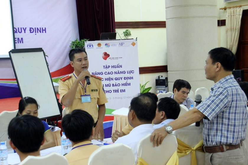Participants discussing solutions to raise helmet wearing rate among Vietnamese children during a recent training course on the issue in Can Tho City. Photo credit: AIP Foundation