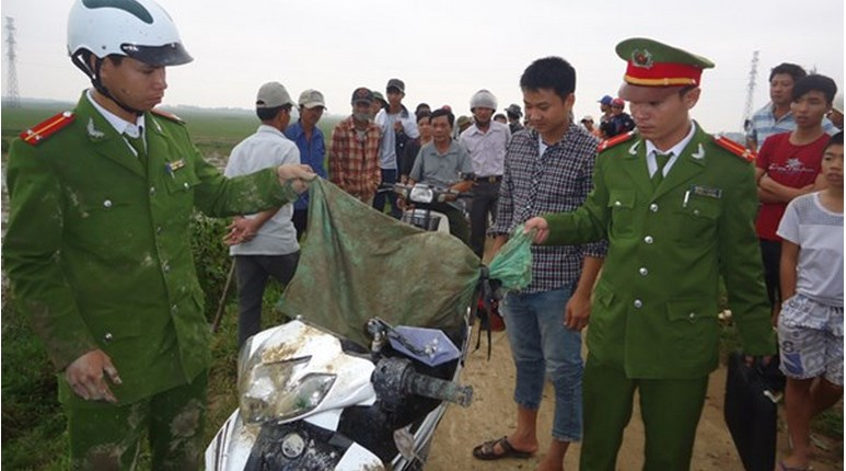 Police take back a dog stolen by two thieves in Ninh Binh Province on December 15.