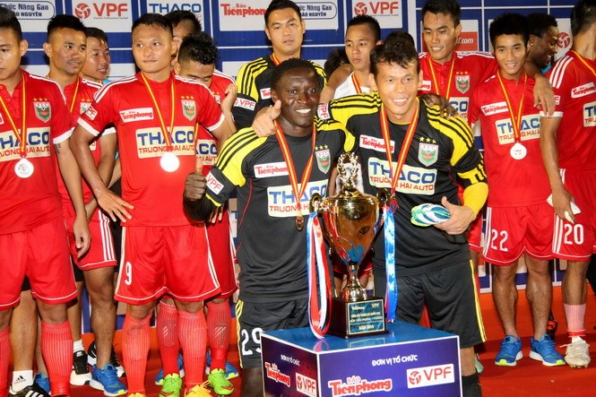 Becamex Binh Duong celebrate their Super Cup 2014 title after defeating Hai Phong 1-0 on December 27. Photo: Diep Duc Minh