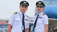 Two Vietnam Airlines pilots on the tarmac. Photo: Nhat Mai