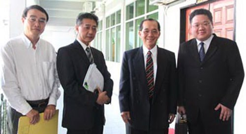 Defending lawyer Orlando Chua (2,L) said he would appeal the verdict of a Malaysian court that handed out death sentence by hanging against Vietnamese sailor Nguyen Hong Quang for murder. Photo credit: Borneo Post