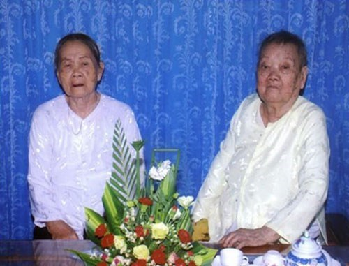 Dinh Thi Xa (L) and Dinh Thi Long have been recognized as Vietnam's oldest living sisters. Photo credit: Vietkings