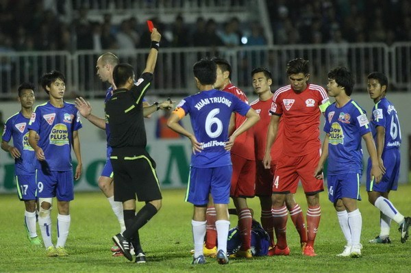 Quang Ninh's Minh Tung received a red card for bringing down Hoang Anh Gia Lai's Hoang Thien at a V.League match on January 31. Photo: Thanh Nien