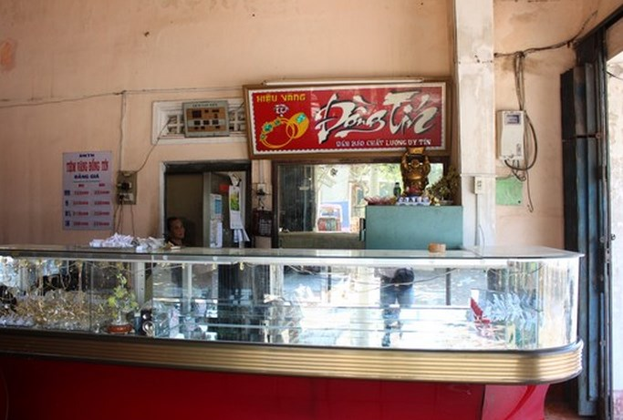 The glass cabinet of Dong Tien gold shop in Binh Dinh Province was broken in the heist.
