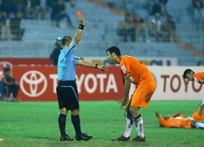 Da Nang's Candelario Gomez gets red carded for his attack on Hai Phong's Van Nhien. Photo: Dong Nghi