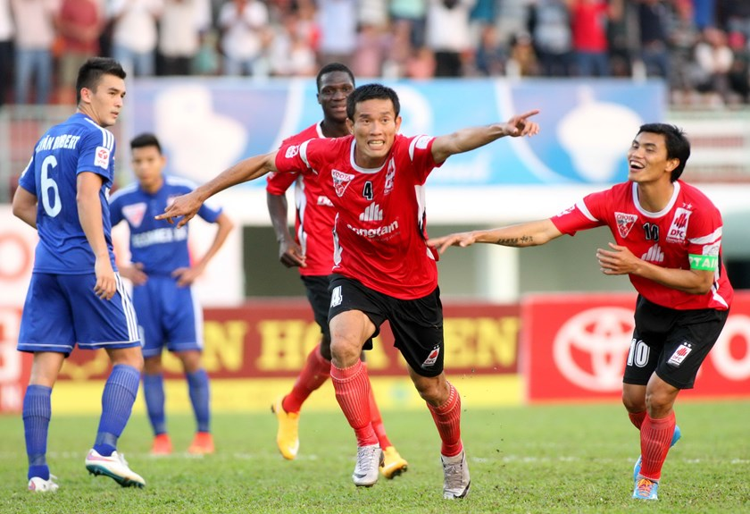Dong Tam Long An's Chi Cong (2,R) celebrates a goal in a match against Becamex Binh Duong on February 8. Photo: Kha Hoa