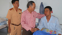 Sergeant major Ly Vinh Dat (R) is being treated at the Ho Chi Minh City Police Hospital.