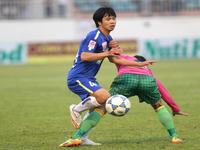 Hoang Anh Gia Lai's Cong Phuong (L) vies for the ball with a Dong Thap's player during a V.League match on February 15, 2015. Photo: Minh Tran