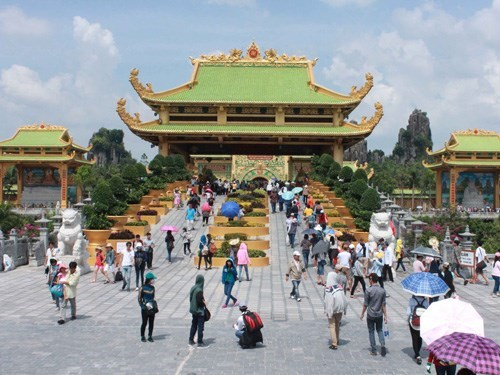 Tourists visiting a temple in Dai Nam Tourism Complex in Binh Duong Province. Photo: Do Truongq