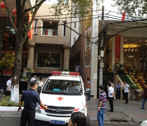 The body of the foreign man has been moved to a morgue on Wednesday morning. Photo: Ngoc Tho