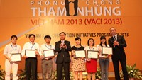 Vietnam is stepping up its fight against corruption. In this picture, a senior official honors authors of new anti-corruption ideas at a joint event held by the Government Inspectorate and the World Bank in 2013. Photo credit: Noichinh.vn