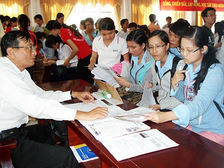 University students get information on recruiment agencies at a job fair in Can Tho City. Photo credit: baocantho.com.vn