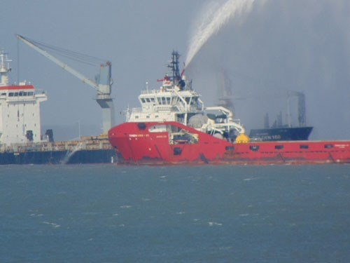 Firefighters of the Vietnam Maritime Search and Rescue Coordination Center put out the fire on the Panamanian ship. Photo: Nguyen Long