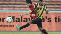 Cong Phuong (L) vies for the ball with a Malaysia player during an AFC U-23 qualifying match at Shah Alam Stadium on March 27.
