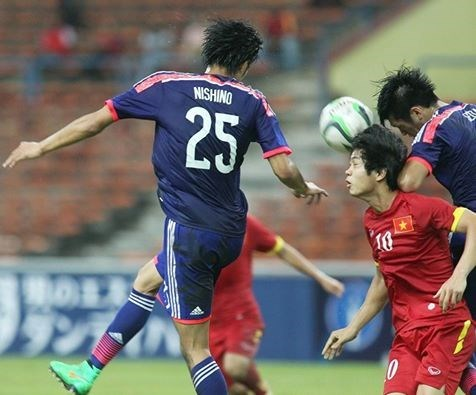 Vietnam's Cong Phuong was taken good care by Japan players during a AFC U-23 Championship's Group I match at Shah Alam Stadium in Malaysia on March 29, 2015